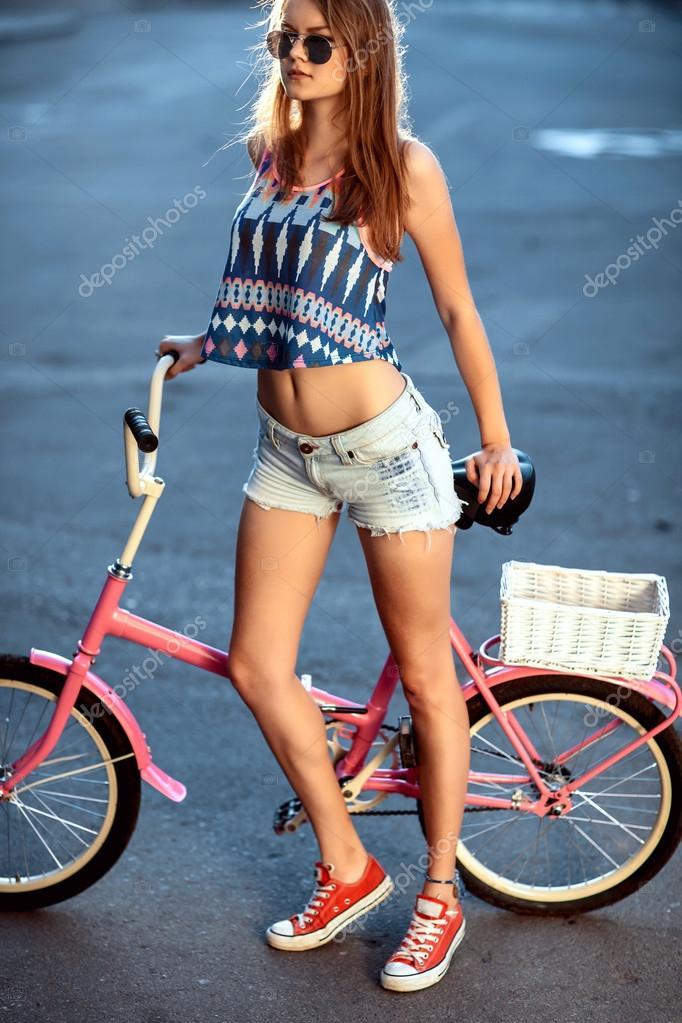Девушки в джинсах на велосипеде