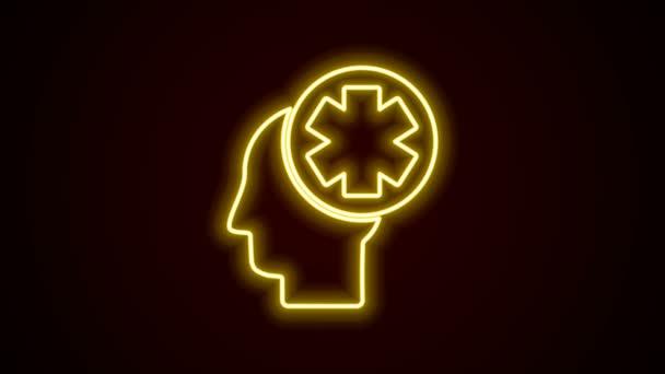 Ragyogó neon vonal Férfi fej kórházi ikon elszigetelt fekete háttérrel. Fejjel, mentális egészséggel, egészségüggyel és orvosi jelekkel. 4K Videó mozgás grafikus animáció