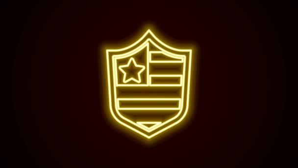 Ragyogó neon vonal Pajzs csillagok és csíkok ikon elszigetelt fekete háttér. Amerikai Egyesült Államok country flag. Július 4. Amerikai Függetlenség Napja. 4K Videó mozgás grafikus animáció