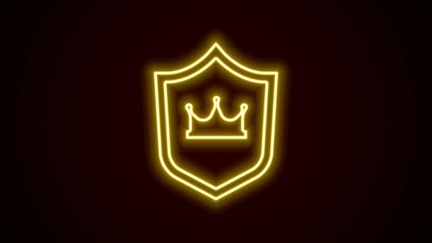 Ragyogó neon vonal Pajzs koronás ikon elszigetelt fehér háttér. 4K Videó mozgás grafikus animáció