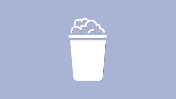 Weißer Eimer mit Seifenlauge-Symbol isoliert auf violettem Hintergrund. Schüssel mit Wasser vorhanden. Wäsche waschen, Ausrüstung reinigen. 4K Video Motion Grafik Animation
