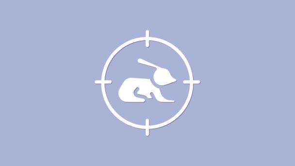 White Hunt auf Kaninchen mit Fadenkreuz-Symbol isoliert auf lila Hintergrund. Vereinslogo mit Kaninchen und Zielscheibe. Zielfernrohr auf einen Hasen. 4K Video Motion Grafik Animation