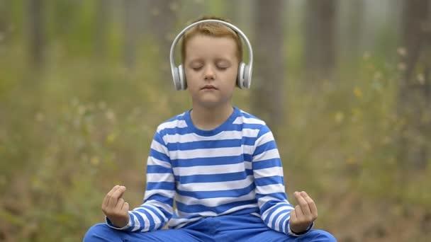 Az erdő meditál szép kisfiú