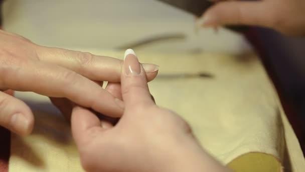 Una donna ottiene le unghie tagliare