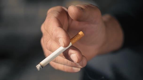 Érett férfi cigarettával a kezében, közelkép