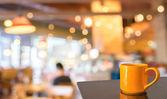 Leere Holztisch und Coffee-Shop verschwimmen Hintergrund mit Bokeh imag