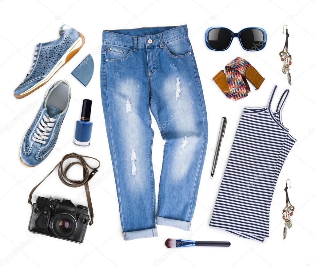 7d0f0aaa52f Σύνολο γυναικεία ρούχα και αξεσουάρ ταξιδιού που απομονώνονται σε ...