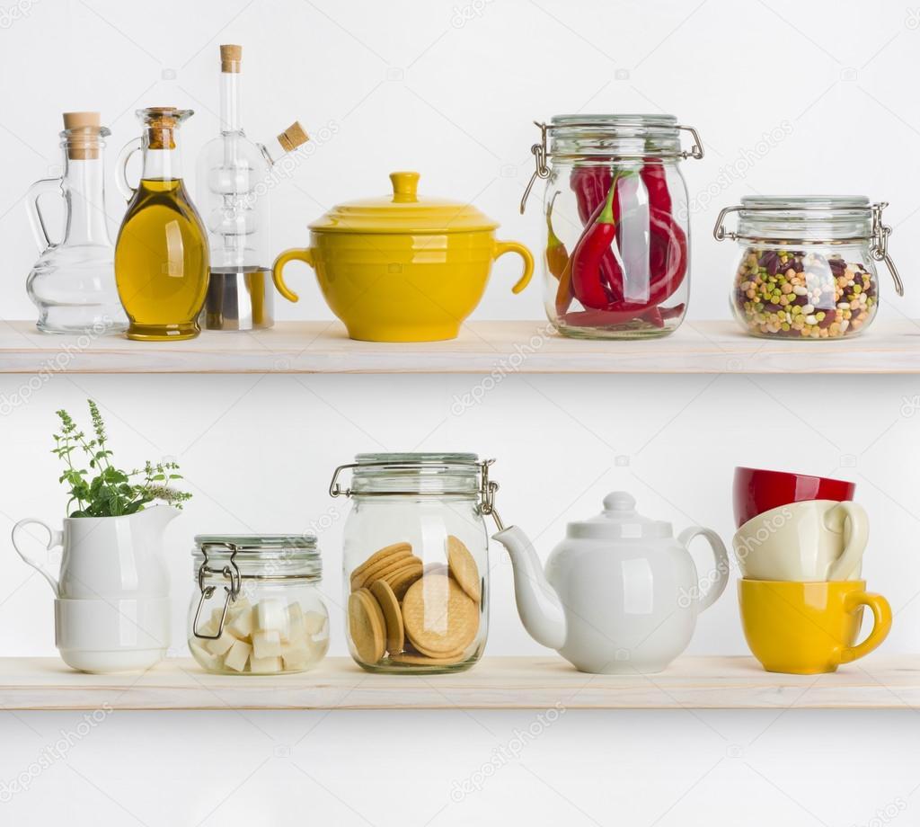 Mensole da cucina con vari ingredienti alimentari e utensili su ...