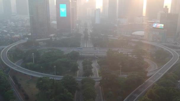 Jakarta, Indonésie - 26. května 2019: Výměna Semanggi (Simpang Susun Semanggi v indonéském jazyce) je známým mezníkem v Jakartě. Záběry jsou pořízeny o ranním víkendu. Dolly view