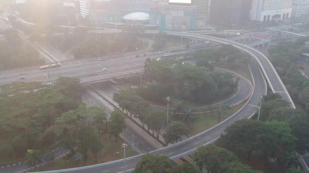 Jakarta, Indonésie - 26. května 2019: Výměna Semanggi (Simpang Susun Semanggi v indonéském jazyce) je známým mezníkem v Jakartě. Zobrazení zprava doleva panning view.