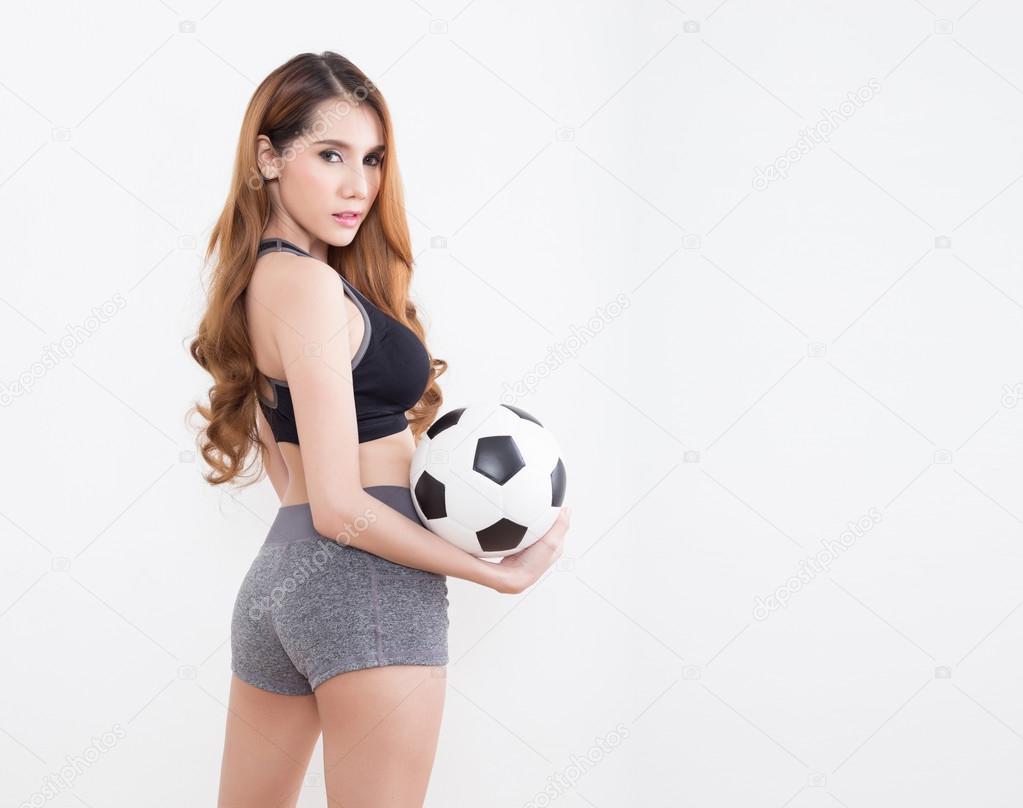 8b299cb539967 Joven mujer sexy en mercancías de los deportes con balón de fútbol aislado sobre  fondo blanco — Foto de ...