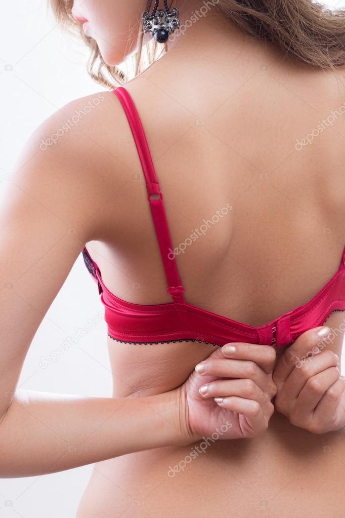 фото девушка снимает лифчик
