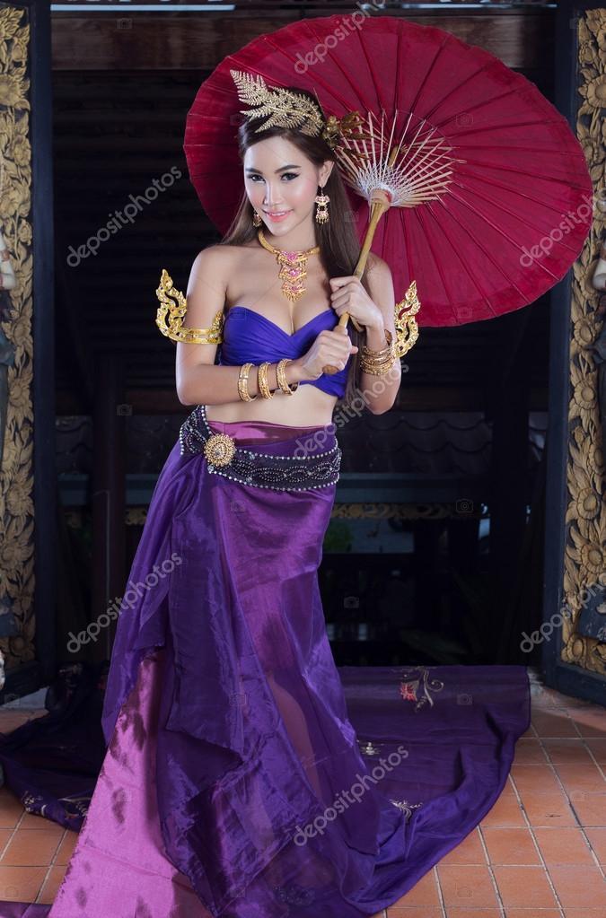 mujer tailandesa en traje típico — Fotos de Stock © tatchaihot #72547287