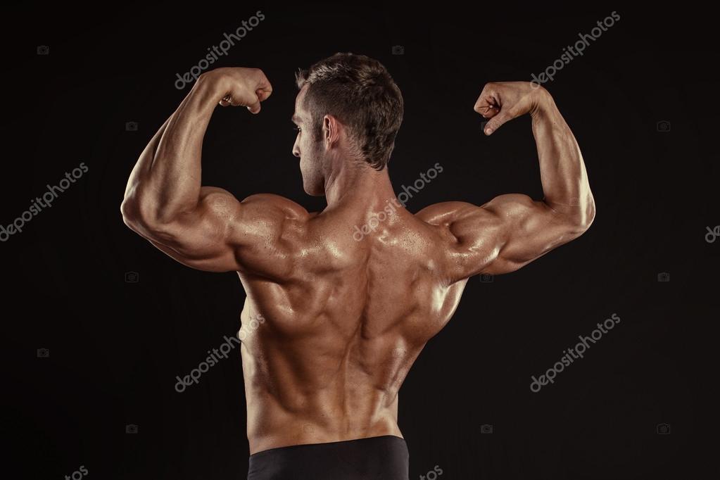 Atlético hombre posando músculos de la espalda, tríceps — Foto de ...