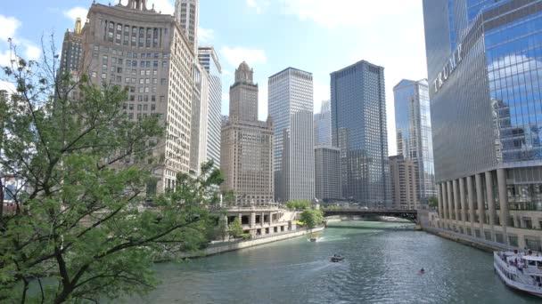 Chicago mrakodrapů odrážejí slunce na její fasády