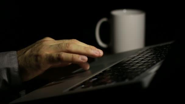 Laptop-Schriftsteller, schrieb seinen Roman spät nachts