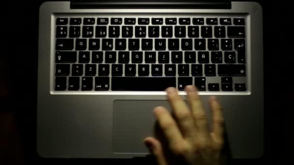 Késő este dolgozik laptop