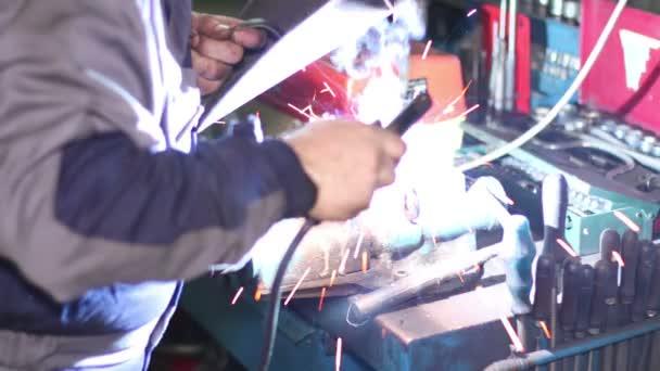 Svářeč s svařovací elektrody na Workbench Vice