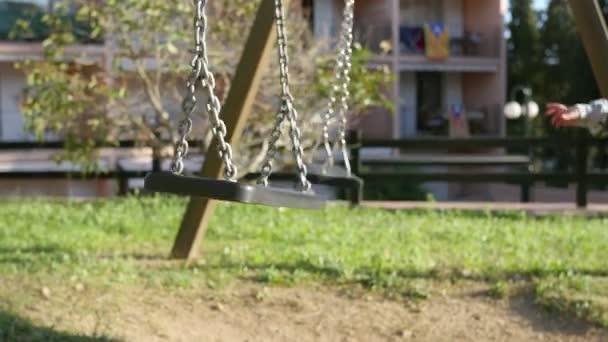 Baby batole hraje s parkem houpačky