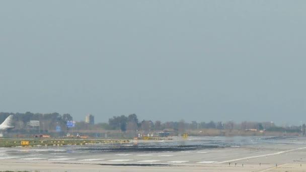 Obchodní letadla přistávají na letišti Barcelona