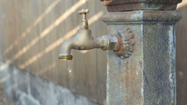 Kapající vodovodní kohoutek fontána ukládání zdrojů