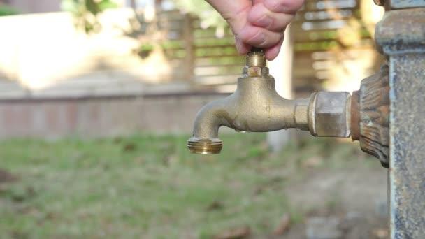 Muž, otevírání staré tvarovaného fontána Tap