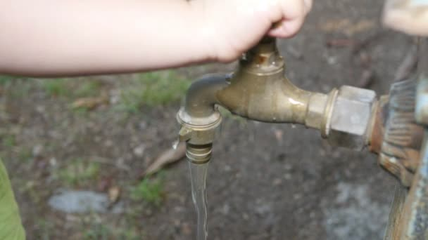 Kapající vodovodní kohoutek fontána s Baby Boy
