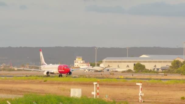Palma de Mallorca, Balearen, Spanien. son sant joan flughafenverkehr im sommer 2015. der flughafen von palma de mallorca ist der verkehrsreichste flughafen im passagierverkehr in südeuropa, spanien am 7. august 2015