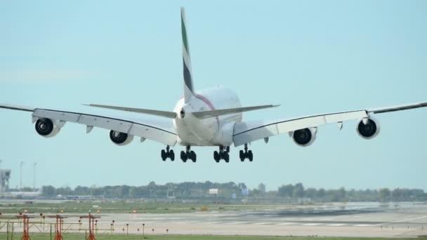 Komerční Airbus A380 Jet letadlo přistání. Letouny Airbus A380 na letišti v Barceloně. Velké osobní letadlo přistání