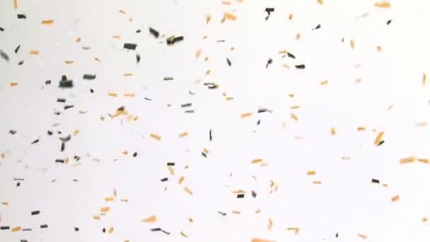 Barevné konfety na bílé zdi