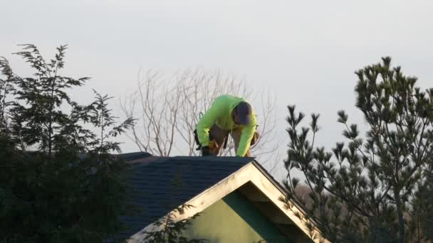 4K60fps Dachdecker trägt Ziegel auf Haus geneigt Dach mit Luft angetriebenen Nagelpistole