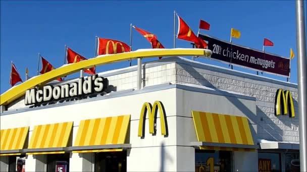 Panoramica di McDonalds bandierine dondeggiamento