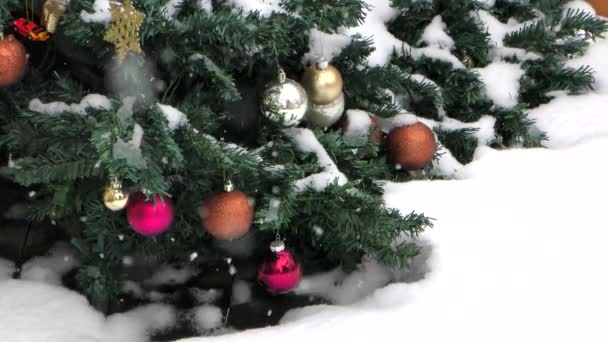 Weihnachtsbaum mit fallendem Schnee
