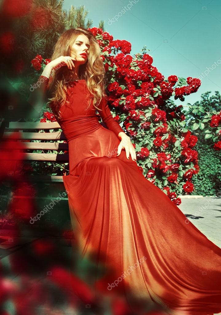 c764f9bf5 Retrato romántico de bella hermosa mujer en vestido rojo en — Foto de Stock