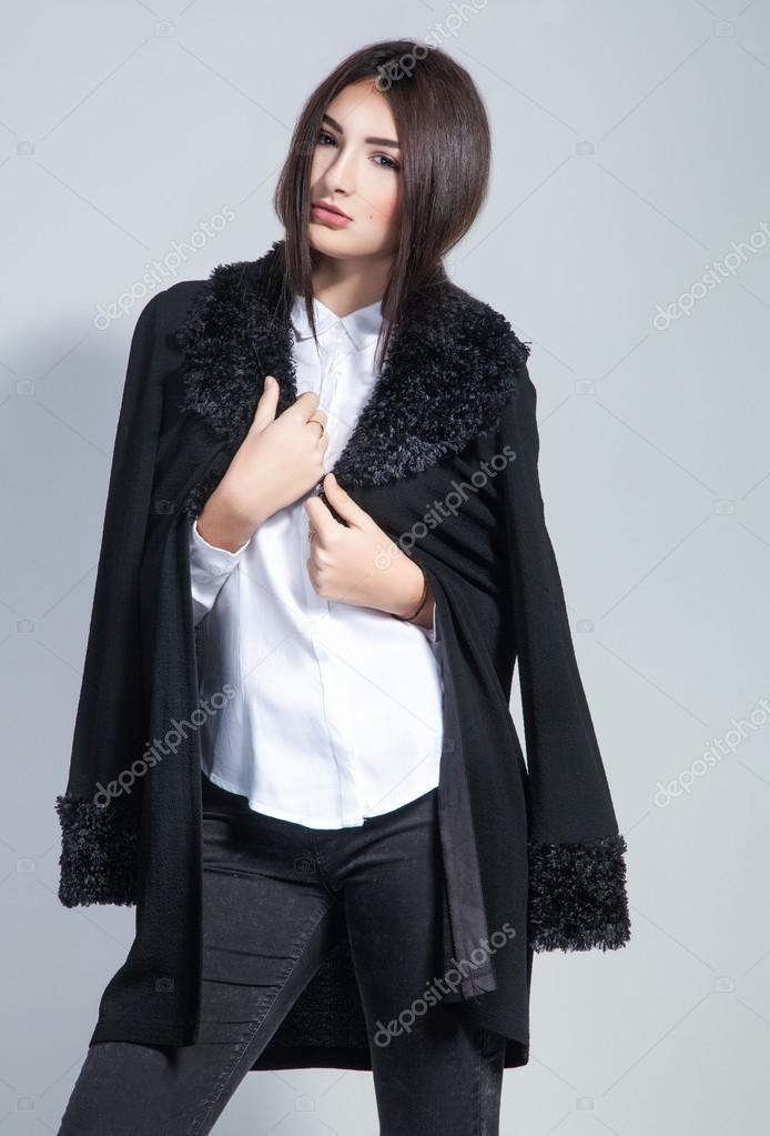 Mode-Foto der jungen Frau in trendige Strickjacke schwarz Jeans und —  Stockfoto 0f7c642401