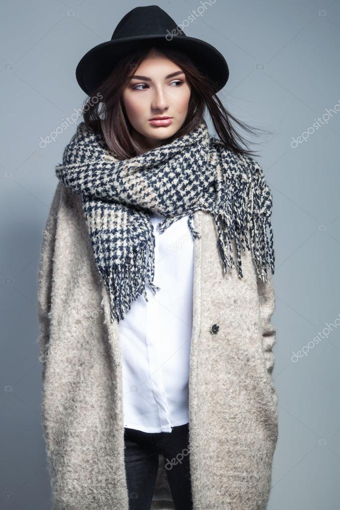 Dans En La À Manteau Et Mode Qui Écharpe Le Chapeau Laine Femme tTgq6