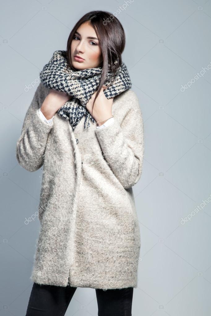 Bufanda En El Mujer Lana Posando Abrigo Y De Sombrero Moda q5twRA