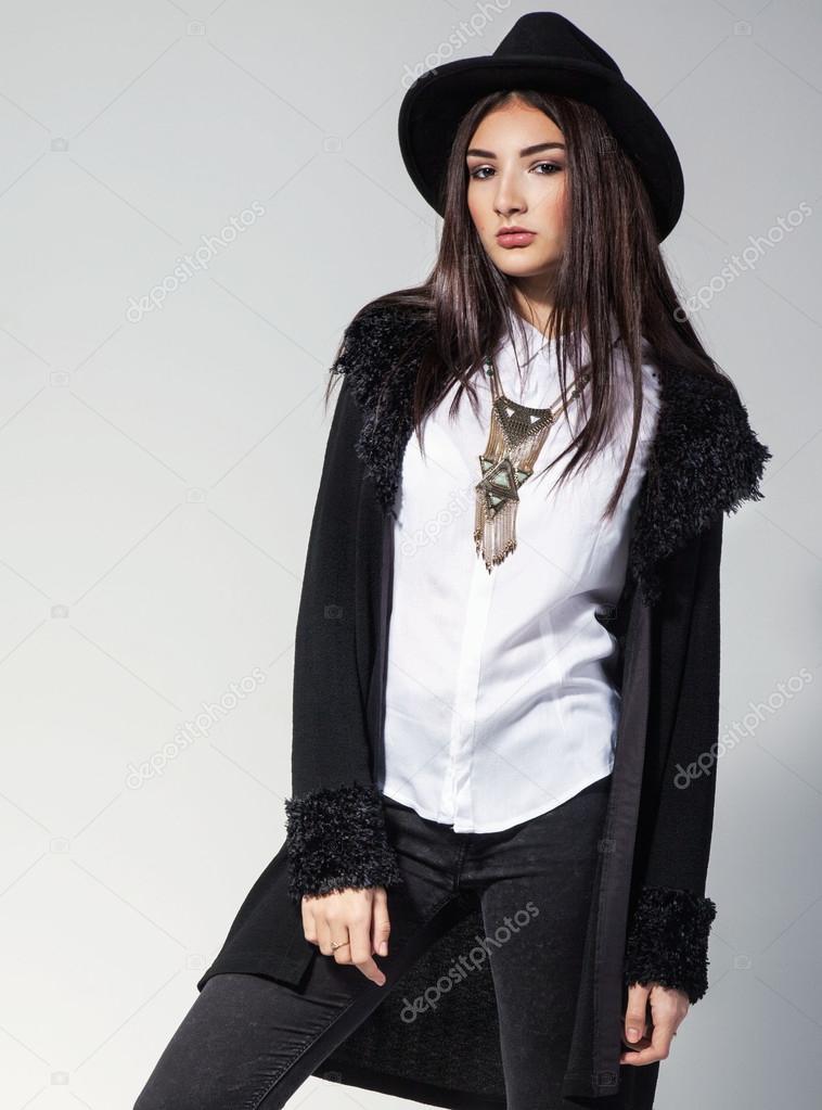 Mode-Foto der jungen Frau in trendige Strickjacke, schwarze Jeans und Hut.  Vintage Halskette auf dem Hals — Foto von Msvitlychna 1f8dbe0c77