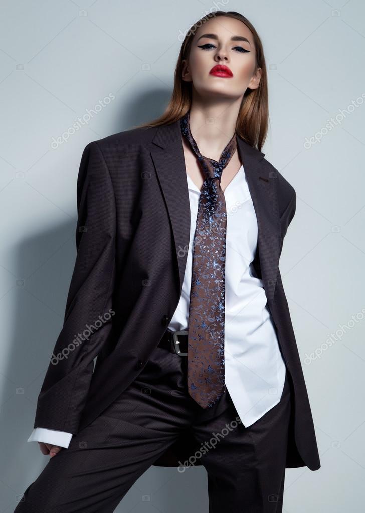 Femme En Cravate concept de style commercial. jeune femme en costume masculin et une