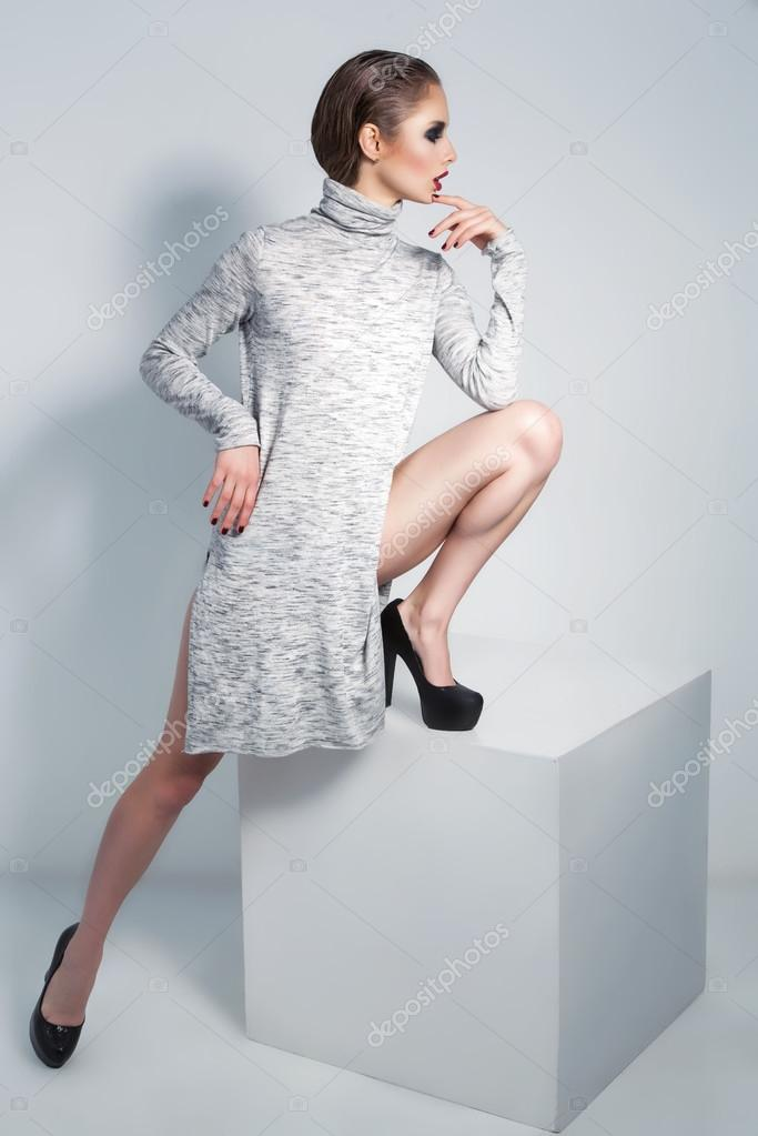 f0a7d23b4 Alta moda look de la hermosa modelo en moda vestido gris y zapatos de  tacones. Estilo de moda — Foto de ...