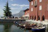 Torbole liegt auf der extreme Nordwesten Appendix der Baldo-Kette in der Region Trento. und es wird festgelegt, wie ein Amphitheater am Gardasee