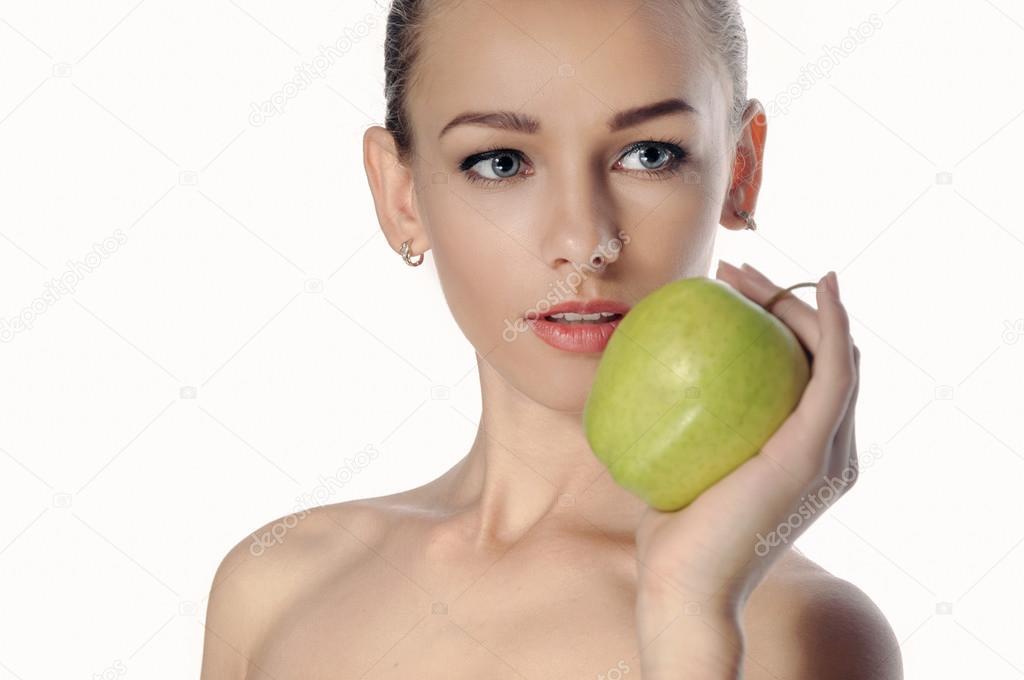 Chica tiene una gran manzana verde delante de su cara– Imagen de Archivo 7b0cf1e685d0