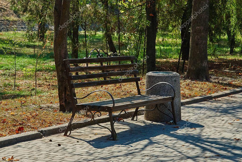 Скамейка в парке   Премиум Фото