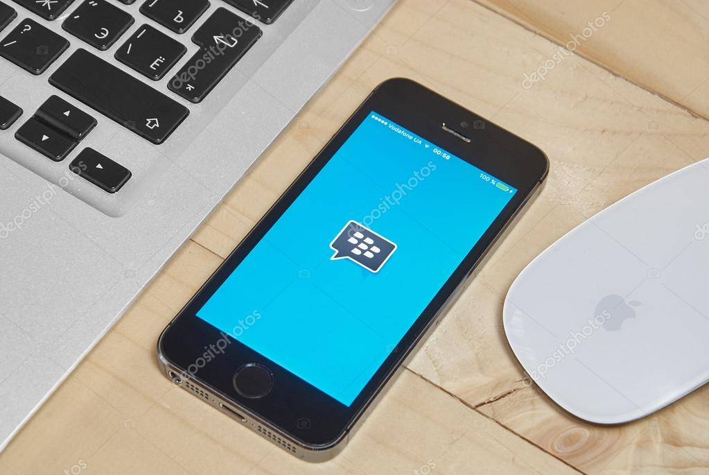 iPhone 5s with Blackberry messenger app for iOS – Stock Editorial