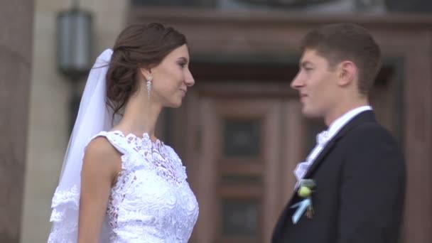 Ženich přichází k nevěstě, objímání a líbání na rty