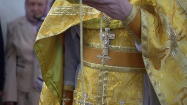 ein Priester mit Gebet