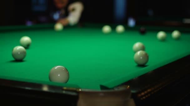 snooker club e palla bianca in un tavolo da biliardo — Video Stock ...