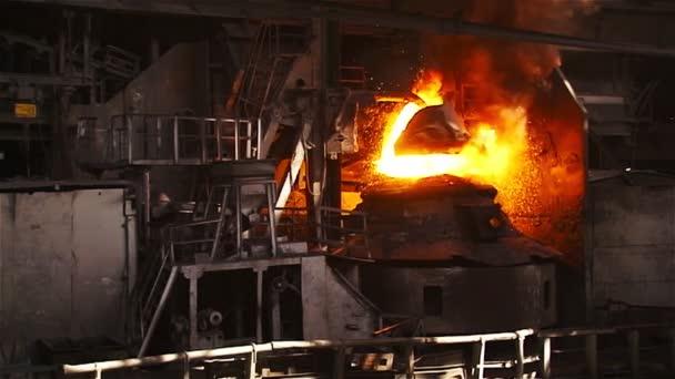 Reinigung des Metalls in einem Sauerstoffofen. Gesamtplan gebremst