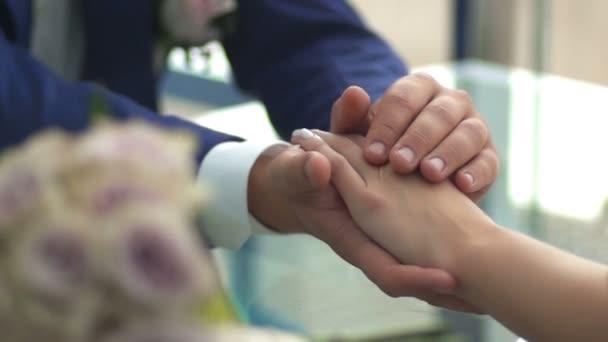 Simogató kezek a menyasszony menyasszony. lassú mozgás