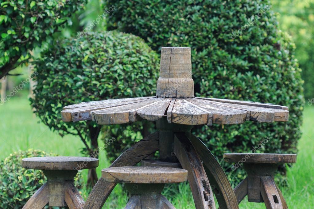 Alte Holz Stuhl Und Tisch Dekoration Im Garten Stockfoto